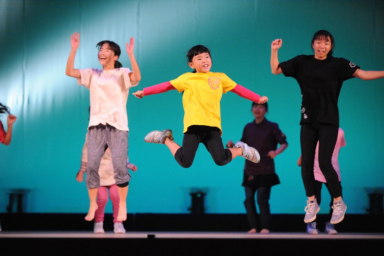 レッドマウンテンとカラフルレインのダンスステージ