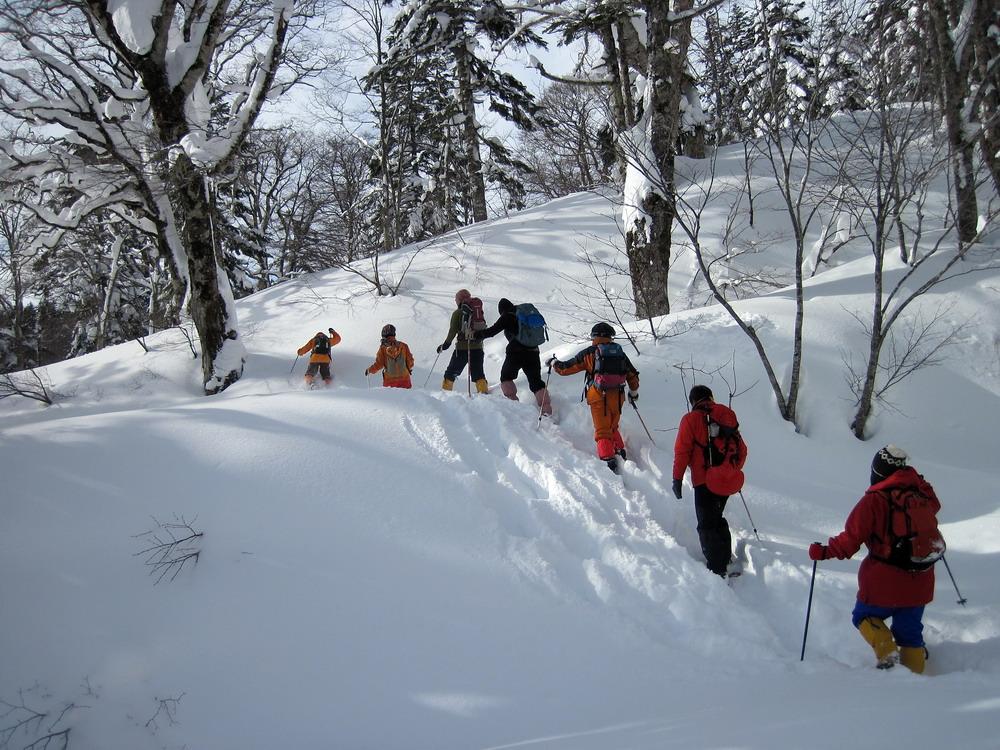 雪遊びをしながら歩きます