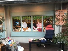 19/2/25  カフェの窓にネコのイラストが