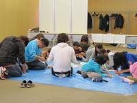 10/11/13 ゆとろぎ子どもフェスティバル 青年担当「コマをつくってまわしてあそんじゃお〜!」
